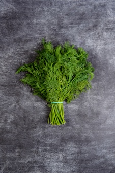 Картина зеленый укроп на сером столе