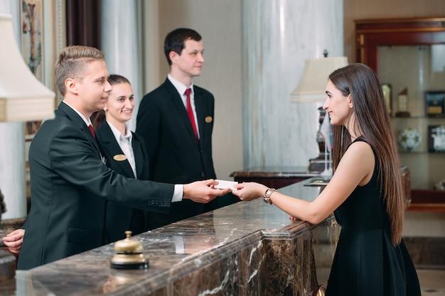 Фото гостей, получающих ключ-карту в отеле,