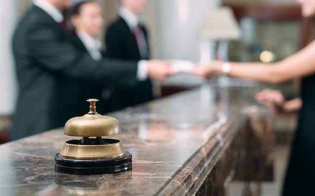 ホテルでキーカードを受け取ったゲストの写真、