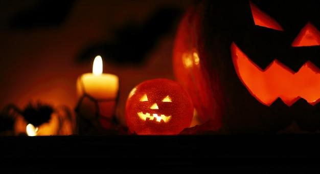 Изображение праздничного фона хэллоуина, резная светящаяся тыква и черная летучая мышь в темной ночи, фонарь из тыквы, жуткий кошмар, страшная тень, празднование хэллоуина
