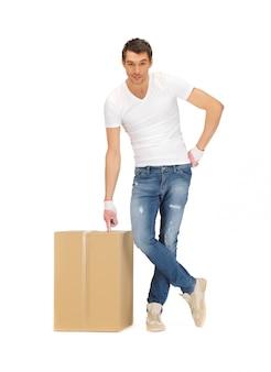 大きな箱を持つハンサムな男の写真。