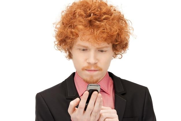 휴대 전화를 가진 잘 생긴 남자의 사진