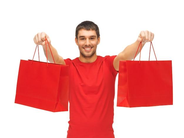 ショッピングバッグを持つハンサムな男の写真