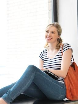 Картина счастливой и улыбающейся девочки-подростка с ноутбуком