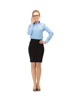 Картина счастливой и улыбающейся женщины в очках