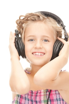 大きなヘッドフォンで幸せな女の子の写真