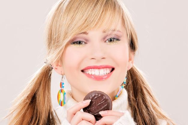 Картинка счастливая девушка с печеньем
