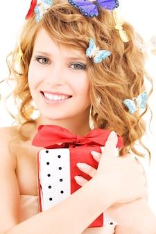 흰색 위에 선물과 나비와 함께 행복 한 여자의 그림