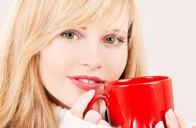 Картина счастливая девушка с красной кружкой