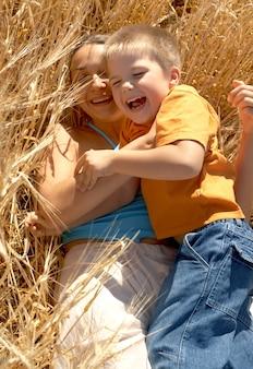 행복한 엄마와 웃는 아이의 그림