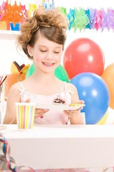 케이크와 함께 행복 파티 소녀의 그림