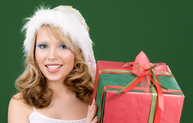 Картина счастливого помощника санта с подарочной коробкой