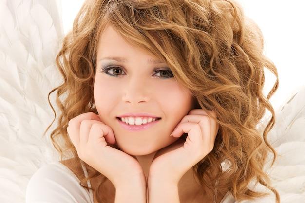 Картина счастливой девочки-подростка над белой