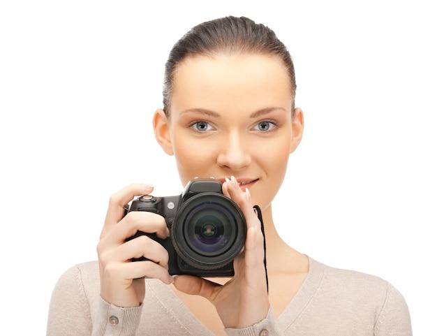 디지털 카메라와 함께 행복 한 십 대 소녀의 사진
