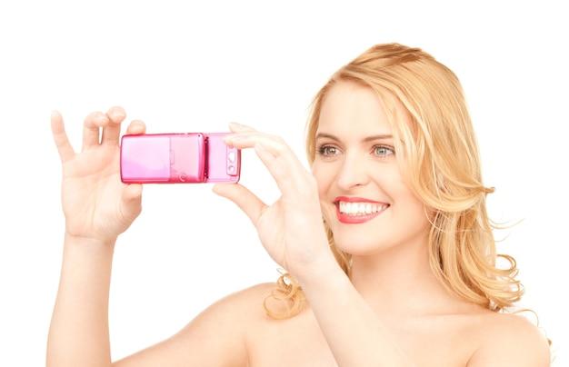 Изображение счастливой женщины с помощью камеры телефона