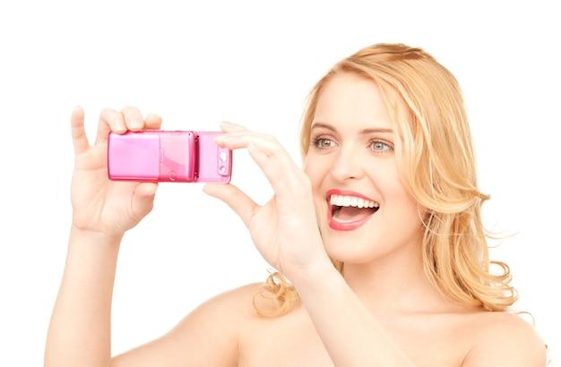 電話のカメラを使用して幸せな女性の写真