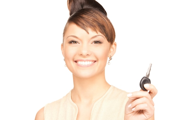 Картина счастливой женщины с ключом от машины над белой