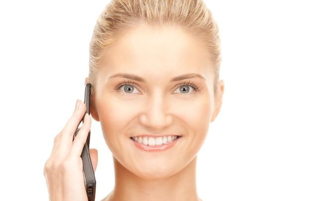 Изображение счастливой женщины с мобильным телефоном