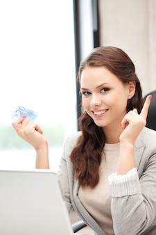 Картина счастливой женщины с портативным компьютером и наличными деньгами евро Premium Фотографии