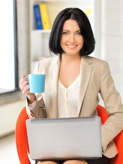 Изображение счастливой женщины с портативным компьютером