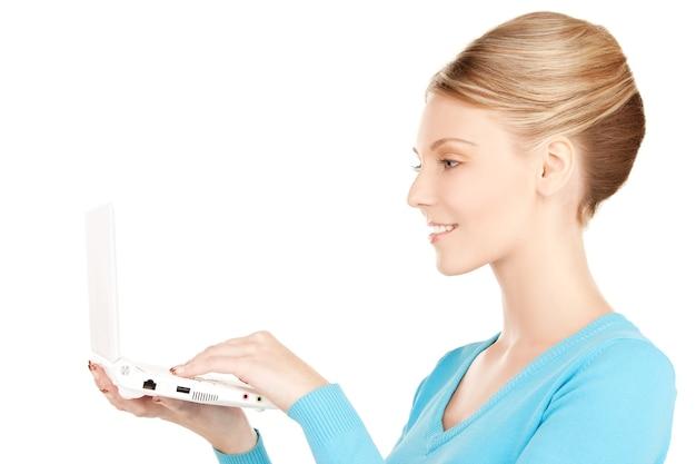 ラップトップコンピューターと幸せな女性の写真