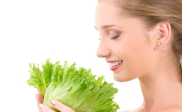Картина счастливой женщины с салатом над белой