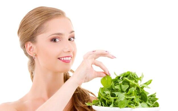 Картина счастливой женщины со шпинатом над белой