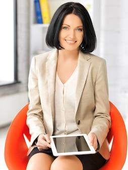 Изображение счастливой женщины с планшетным компьютером