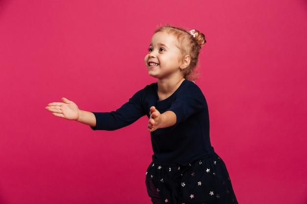 Картина счастливая молодая девушка хочет объятия, глядя в сторону