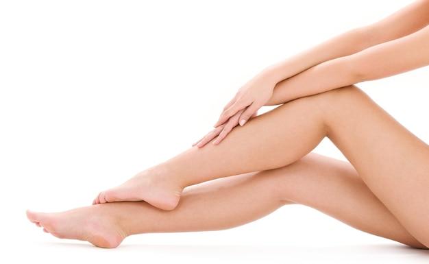 Картина здоровых голых ног женщины над белой