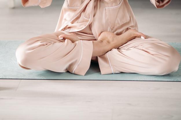 요가 매트에 명상 젊은 여자의 다리 사진