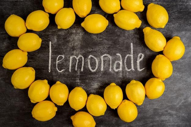 Изображение лимонов на серой поверхности