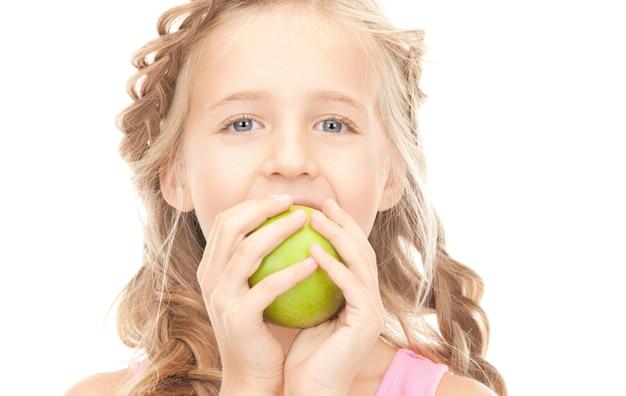 青リンゴと少女の写真