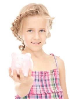 貯金箱を持つ少女の写真