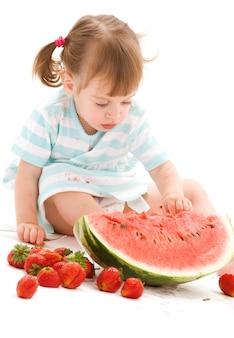 딸기와 수박 어린 소녀의 그림