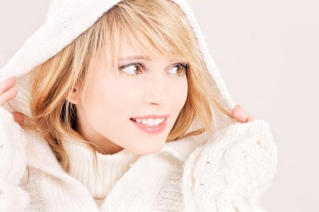 Картинка милая девушка в толстовке с капюшоном