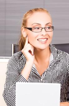 사무실에서 컴퓨터와 사랑스러운 소녀의 그림