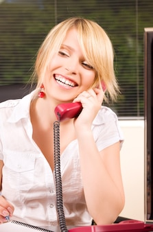 Картина милая девушка с телефоном в офисе