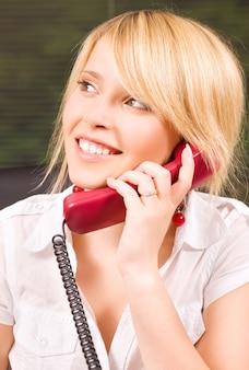 사무실에서 전화로 사랑스러운 소녀의 그림