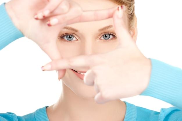손가락으로 프레임을 만드는 사랑스러운 여자의 그림