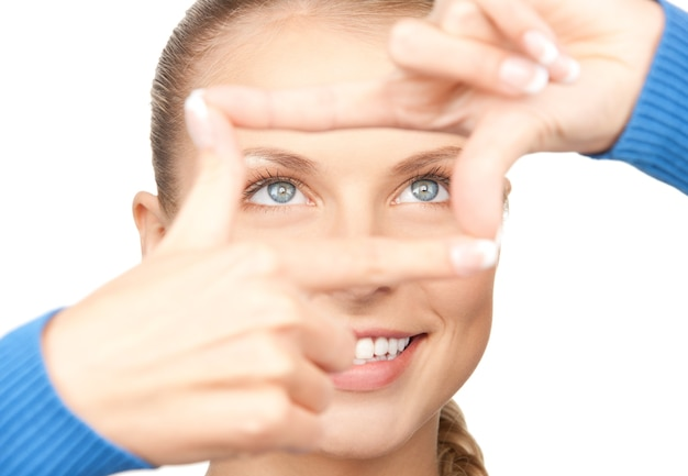 손가락으로 프레임을 만드는 사랑스러운 여자 사진