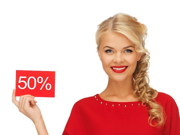 할인 카드가 있는 빨간 드레스를 입은 사랑스러운 여자 사진