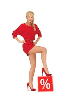 Картина прекрасной женщины в красном платье со знаком процента