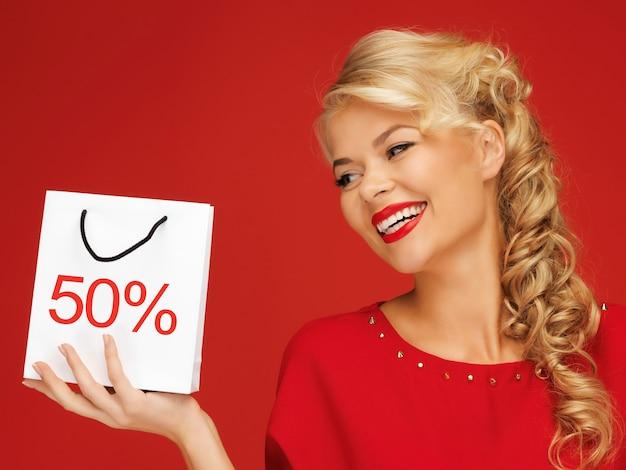 쇼핑백을 들고 빨간 드레스를 입은 사랑스러운 여자 사진