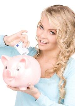Картина прекрасной женщины с копилкой и деньгами