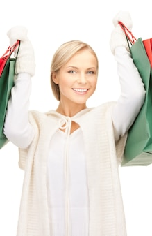 ショッピングバッグを持つ素敵な女性の写真