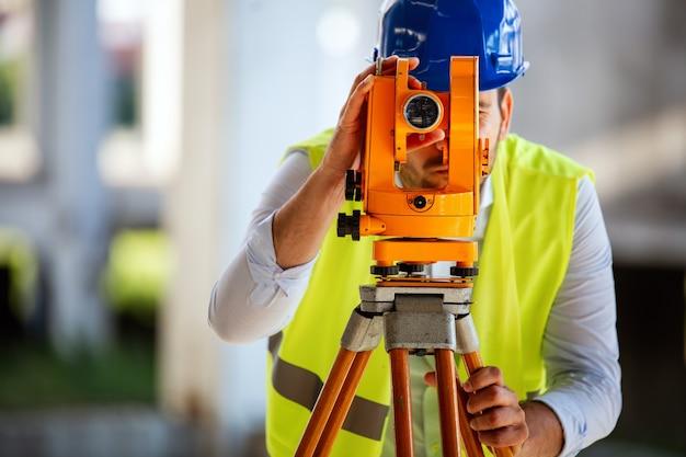 Изображение мужского инженера-строителя, работающего на строительной площадке