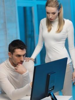 Картина мужчины и женщины в космической лаборатории