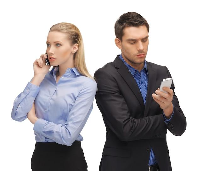 携帯電話を持つ男性と女性の写真