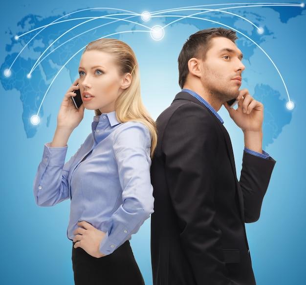 Изображение мужчины и женщины с мобильными телефонами